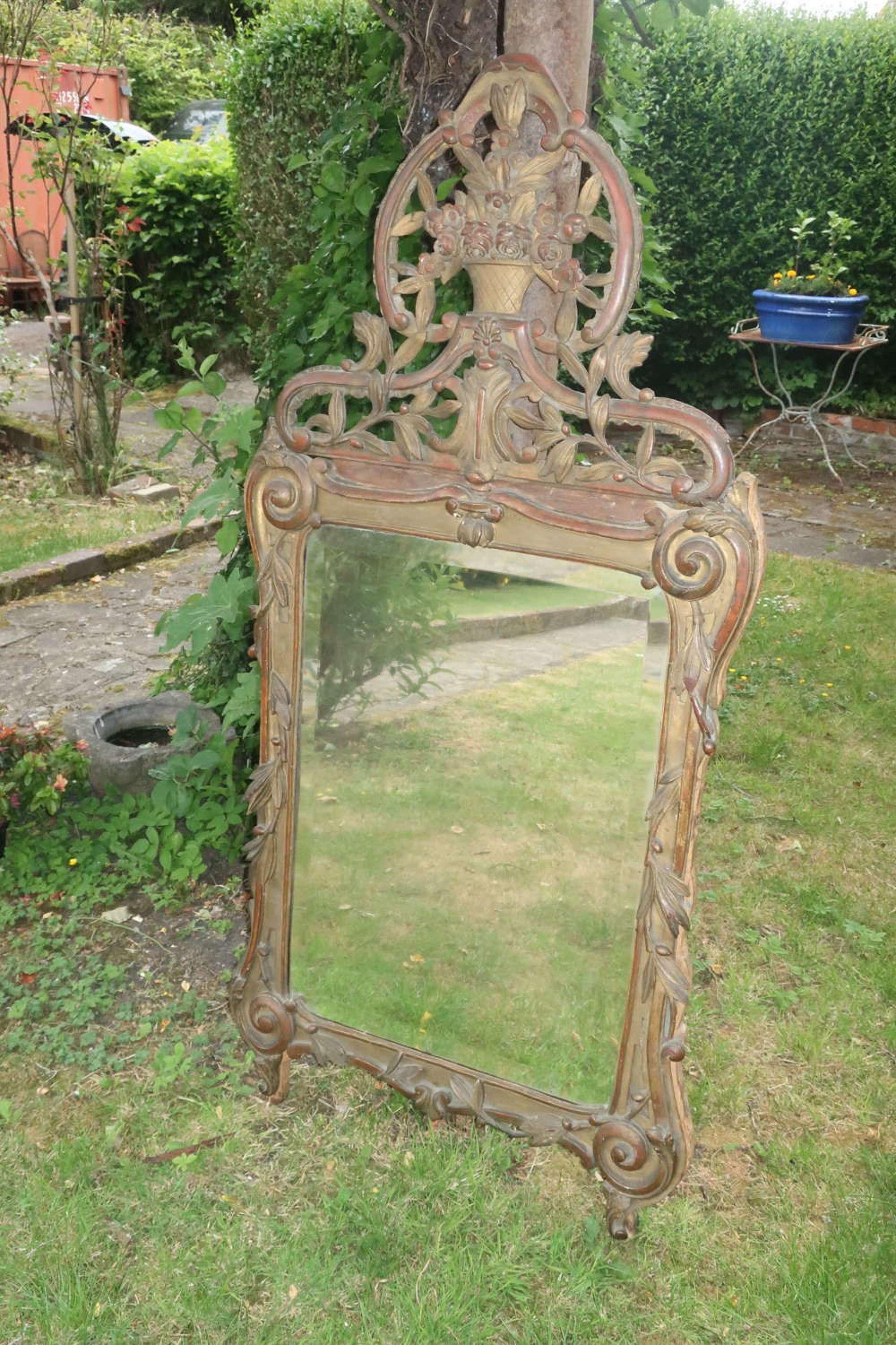 18th Century carved gilt mirror
