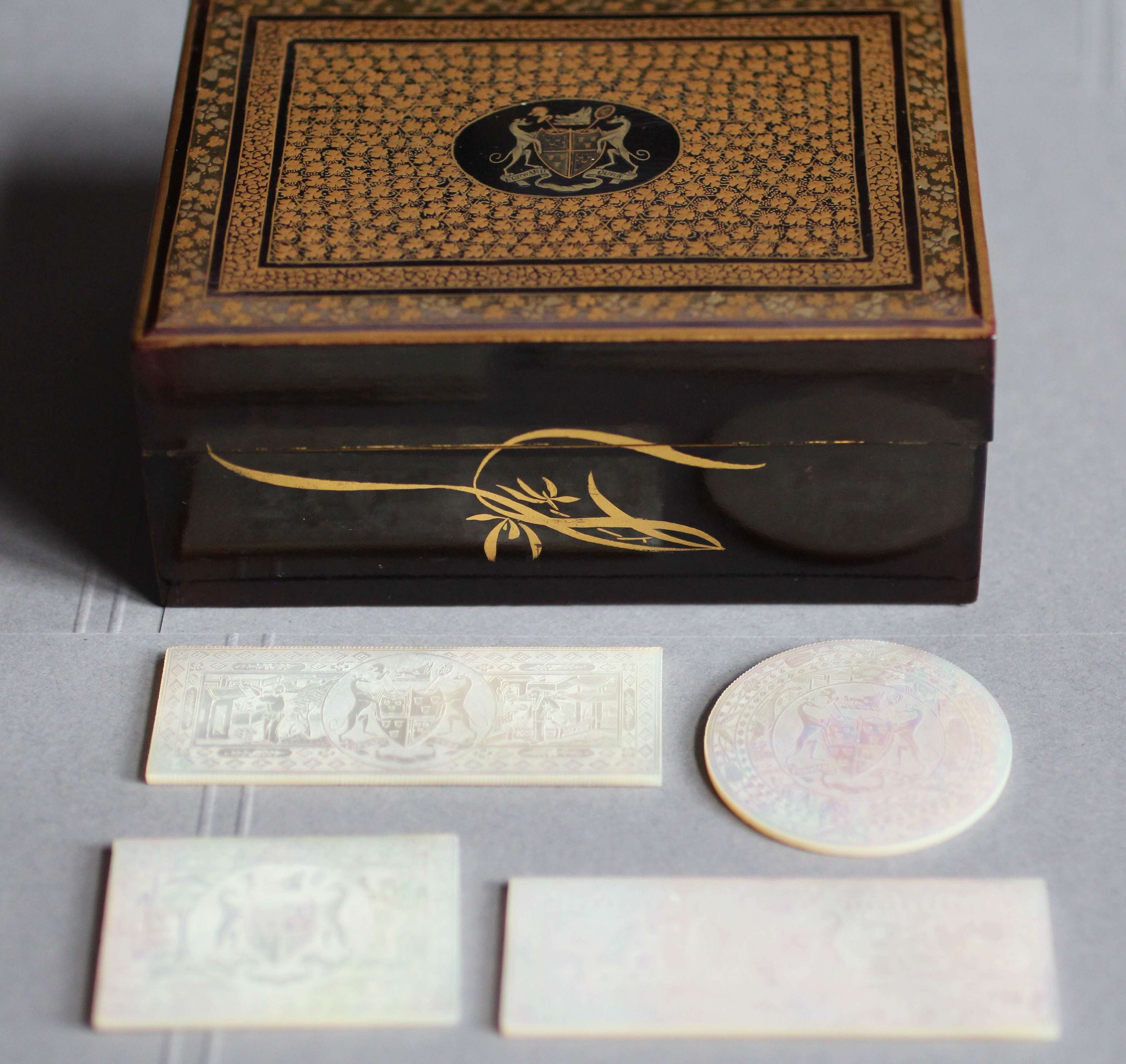 LORD SETON BOX AND 4 MATCHING ARMORIAL COUNTERS